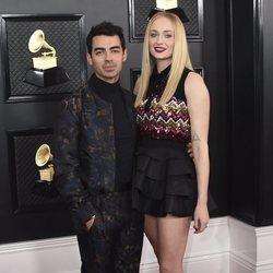 Joe Jonas y Sophie Turner en la alfombra roja de los Premios Grammy 2020