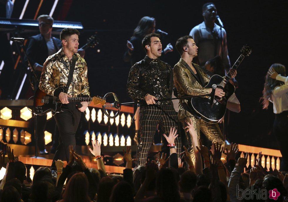 Los Jonas Brothers durante su actuación en los Premios Grammy 2020