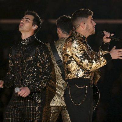 Los Jonas Brothers cantando sobre el escenario de los Premios Grammy 2020