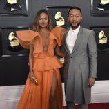Chrissy Teigen y John Legend en la alfombra roja de los Premios Grammy 2020