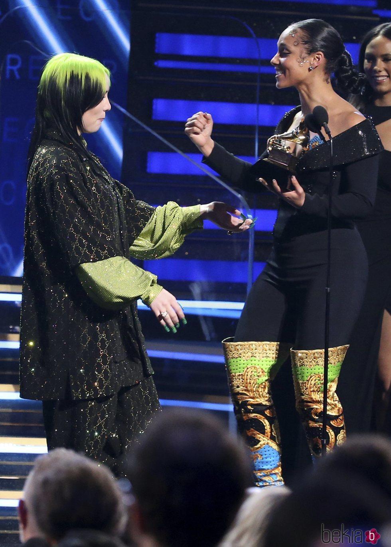 Alicia Keys entrega un premio a Billie Eilish en la gala de los Premios Grammy 2020