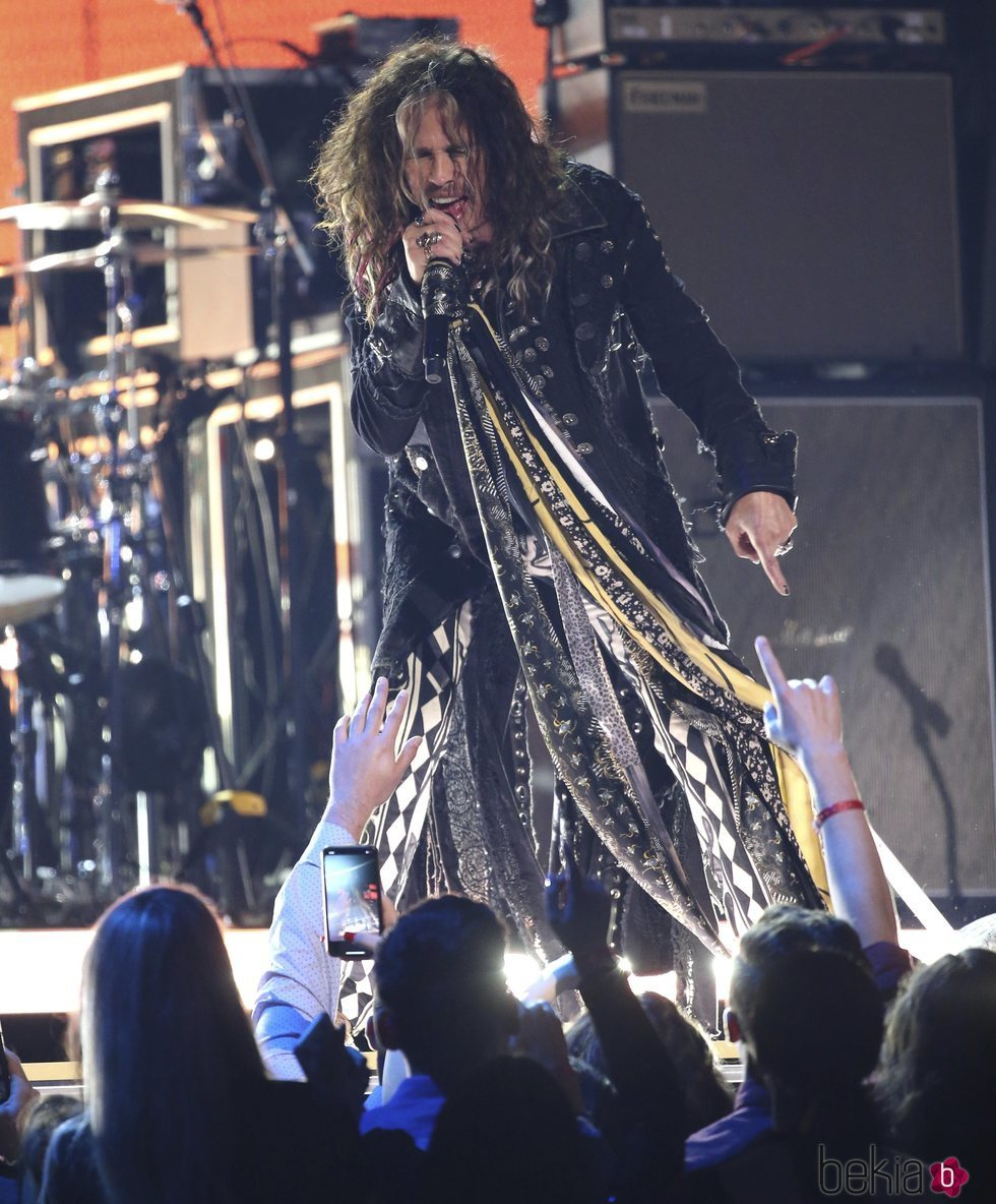 Steven Tyler actuando en la gala de los Premios Grammy 2020