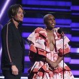 Keith Urban y Cynthia Erivo en la gala de los Premios Grammy 2020