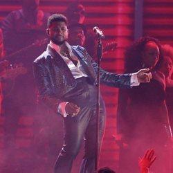 Usher actuando en los Premios Grammy 2020