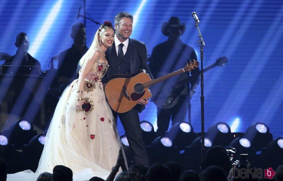 Gwen Stefani y Blake Shelton actuando en la gala de los Premios Grammy 2020