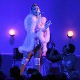 Ariana Grande actuando en los Premios Grammy 2020
