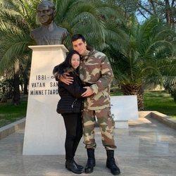 Can Yaman con su madre vestido de militar