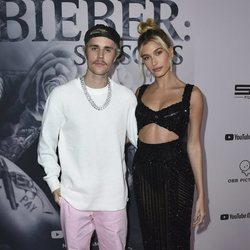 Justin Bieber presentando 'Justin Bieber: Seasons' con Hailey Baldwin