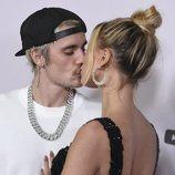 Justin Bieber y Hailey Baldwin besándose en la presentación de 'Justin Bieber: Seasons'