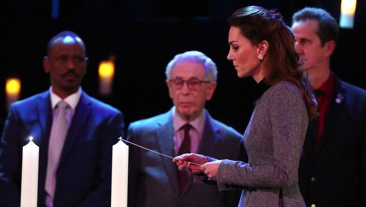 Kate Middleton enciende una vela en el homenaje por el Día del Holocausto en Westminster