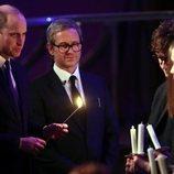 El Príncipe Guillermo enciende una vela en el homenaje por el Día del Holocausto en Westminster
