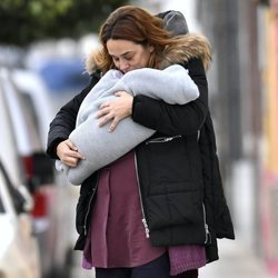 Toñi Moreno dando un beso a su hija Lola mientras pasea con ella en brazos