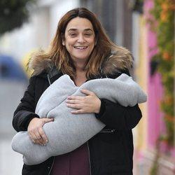 Toñi Moreno, muy feliz con su hija Lola en brazos