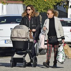 Toñi Moreno paseando a su hija Lola con una amiga