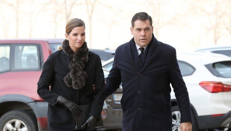Luis Alfonso de Borbón y Margarita Vargas en el funeral de la Infanta Pilar en El Escorial
