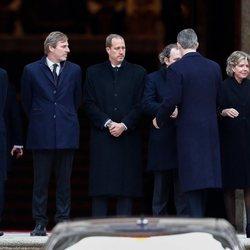 Los Reyes Felipe y Letizia saludan a los hijos de la Infanta Pilar en su funeral en El Escorial