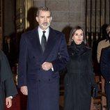Los Reyes Felipe y Letizia entrando al funeral de la Infanta Pilar en El Escorial