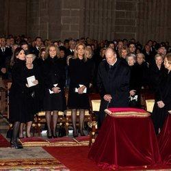 Los Reyes Felipe y Letizia, las Infantas Elena y Cristina, Beatriz de Holanda y los Reyes Juan Carlos y Sofía en  el funeral de la Infanta Pilar