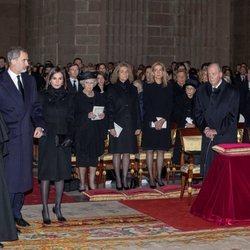 Los Reyes Felipe y Letizia entran al funeral de la Infanta Pilar ante la mirada de las Infantas Cristina y Elena en El Escorial