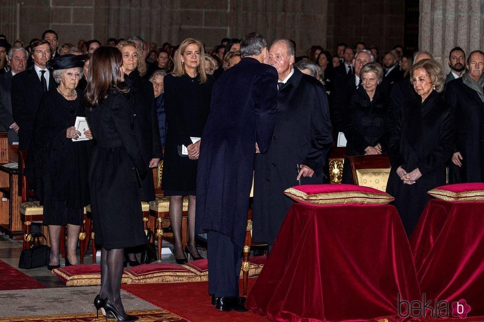 El Rey Felipe saludando al Rey Juan Carlos en el funeral de la Infanta Pilar en El Escorial