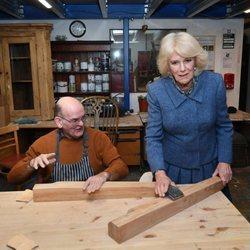 Camilla Parker en la sección de carpintería durante su visita a la Sucursal de Banbury del Servicio Voluntario Real