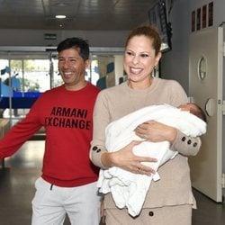 Pastora Soler y Francis Viñolo presentan a su hija vega