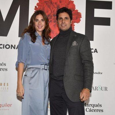 Lourdes Montes posando con Fran Rivera tras su desfile en SIMOF 2020