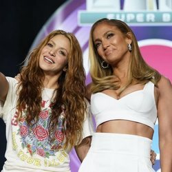 Shakira y Jennifer Lopez hablando de su actuación de la Super Bowl 2020