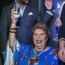 María Jiménez brindando en la celebración de su 70 cumpleaños
