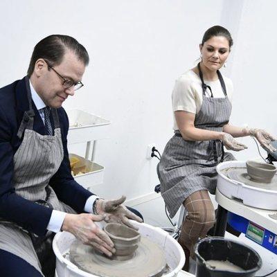 Los Príncipes Victoria y Daniel de Suecia haciendo una vasija en un torno alfarero