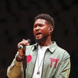 Usher actuando en el homenaje a Kobe Bryant en el Staples Center de Los Ángeles