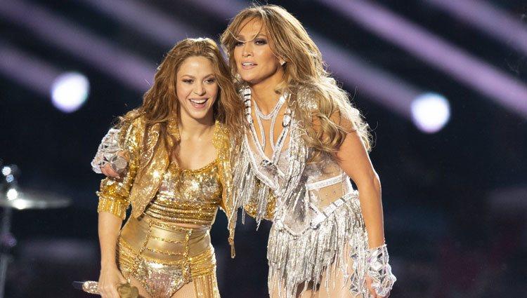 Jennifer Lopez y Shakira al final de su actuacion en la Super Bowl 2020