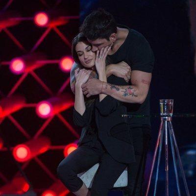 Diego Matamoros abraza a Estela Grande en la Gala 4 de 'El tiempo del descuento'