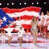 Jennifer Lopez con su hija Emme durante su actuación en la Super Bowl 2020