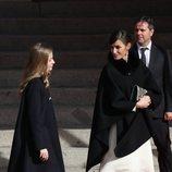 La Reina Letizia habla con la Princesa Leonor llegando a la Apertura de la XIV Legislatura