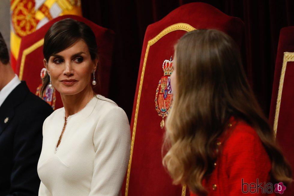 La Reina Letizia mira a su hija, la Princesa Leonor, en la Apertura de la XIV Legislatura