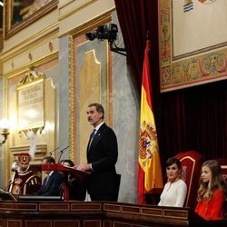 El Rey Felipe da un discurso y la Reina Letizia, Leonor y Sofía atienden en la Apertura de la XIV Legislatura