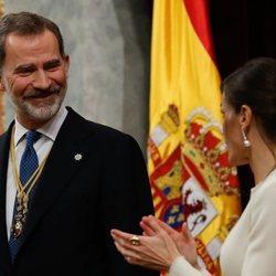 El Rey Felipe mira sonriente a la Reina Letizia en la Apertura de la XIV Legislatura