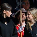 La Reina Letizia hablando con la Infanta Sofía en la Apertura de la XIV Legislatura