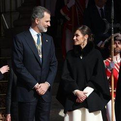 Los Reyes Felipe y Letizia hablando en la Apertura de la XIV Legislatura