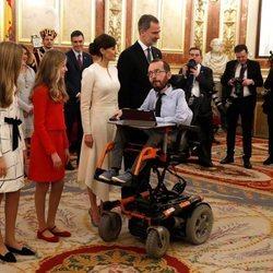 Pablo Echenique con los Reyes Felipe y Letizia, la Princesa Leonor y la Infanta Sofía en el besamanos de la Apertura de la XIV Legislatura