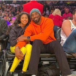 Kobe Bryant y su hija Gigi en un partido de baloncesto