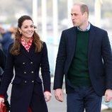 Los Duques de Cambridge durante una visita al puerto de Gales