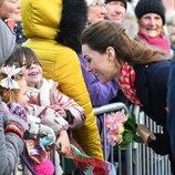 Kate Middleton respondiendo a las preguntas de una niña durante una visita a Gales