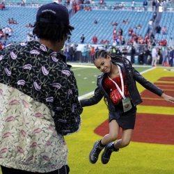 Jay Z haciendo una foto a su hija Blue Ivy Carter en la Super Bowl 2020