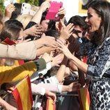 La Reina Letizia saluda emocionada a la ciudadanía en Écija