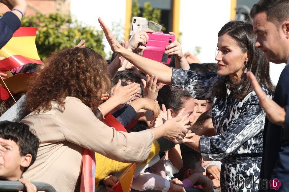 La Reina Letizia saluda a los ciudadanos y ciudadanas de Écija