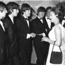 Los Beatles saludando a la Princesa Margarita de Inglaterra