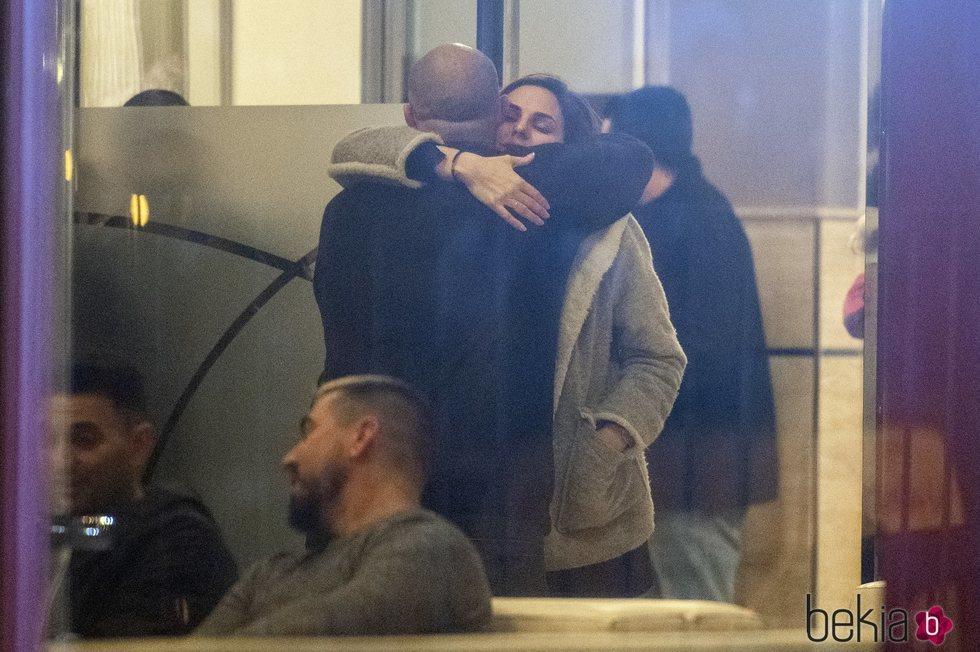 Irene Rosales y Kiko Rivera se abrazan en la capilla ardiente de su madre, Mayte Vázquez