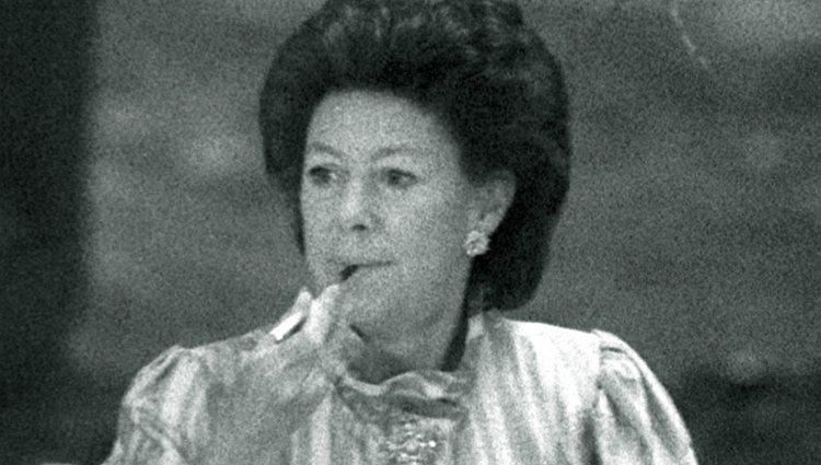 La Princesa Margarita de Inglaterra fumando durante una cena de gala